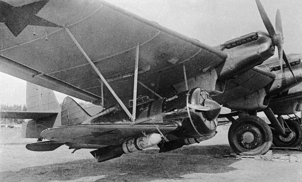 القاذفة إي-16 التي شاركت في أوائل الحرب الوطنية العظمى والمجهزة بقنبلة 250 كجم، وهي مثبتة بجناح الطائرة العملاقة تي بي-16