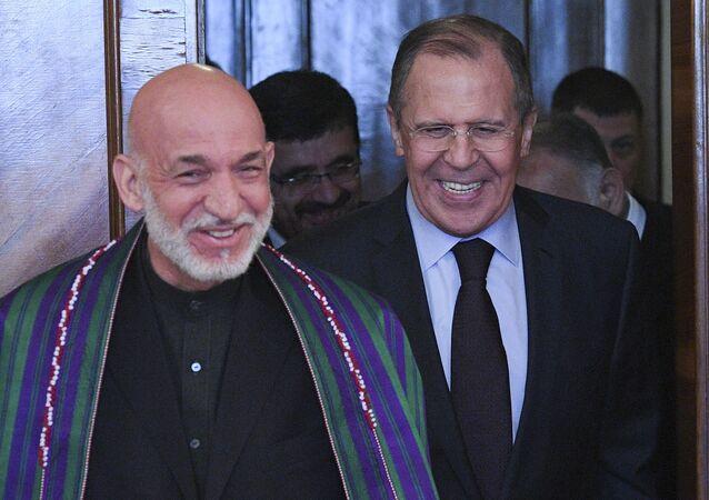 وزير الخارجية الروسي سيرغي لافروف مع الرئيس الأفغاني الأسبق حميد كرزاي