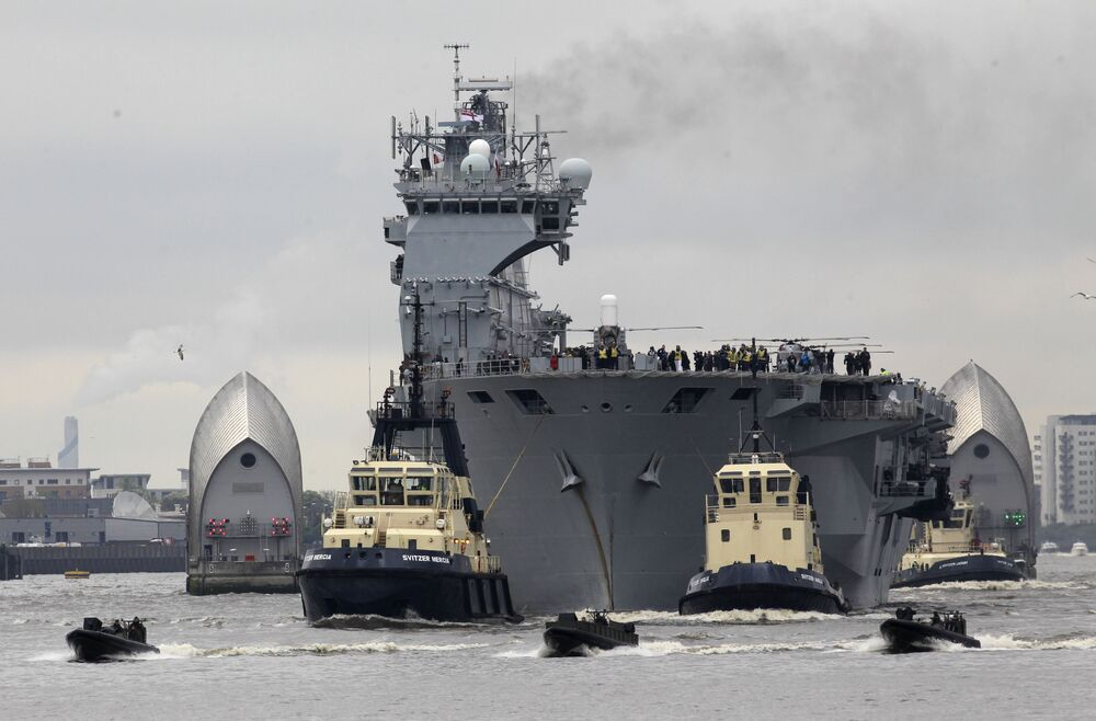 حاملة الطائرات التابعة للبحرية البريطانية الملكية إتش ام اس أوشين على نهر التايمز، وذلك في إطار التحضيرات لاستقبال مدينة لندن الألعاب الأولمبية لعام 2012، إنجلترا 2 مايو/ آيار 2012