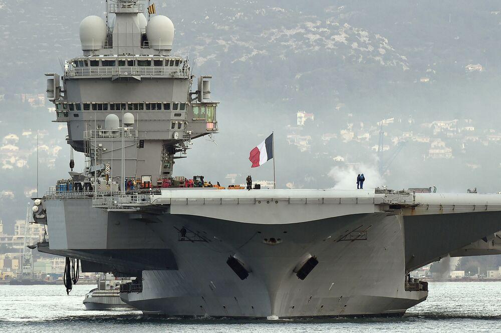 حاملة الطائرات الفرنسية شارل دي غول في ميناء تولون بالساحل الجنوبي لفرنسا، 13 يناير/ كانون الثاني 2015