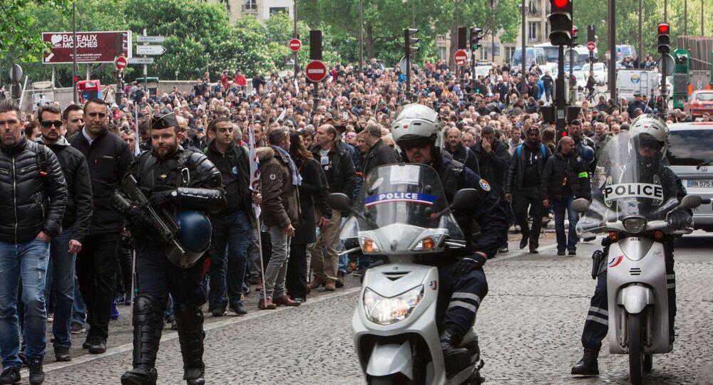 مسيرة الغضب في مدينة باريس احتجاجا على مقتل شرطي فرنسي في 20 ابريل/ نيسان 2017