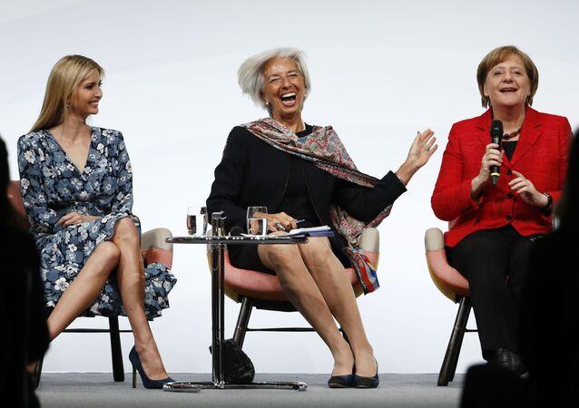 مساعدة الرئيس الأمريكي إيفانكا ترامب، ومدير العام لمنظمة النقد الدولية كريستين لاغارد، ومستشارة ألمانيا أجيلا ميركل تضحكن خلال قمة الـ 20 لتطوير المرأة في برلين، ألمانيا 25 أبريل/ نيسان 2017