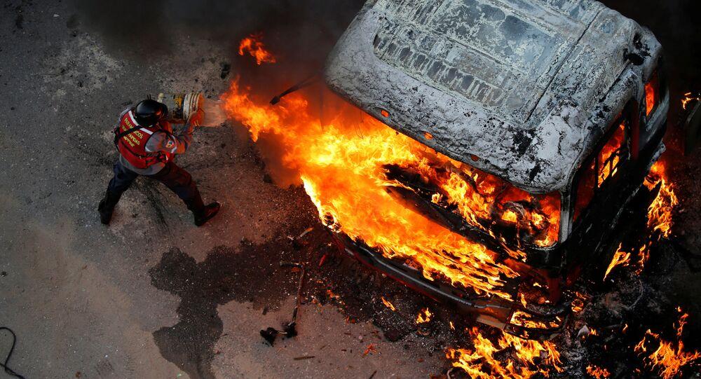 إطفاء حريق اندلع في سيارة خلال احتجاجات عارمة ضد حكومة الرئيس نيكولاس مودورو في كاراكاس، فنزويلا 24 أبريل/ نيسان 2017