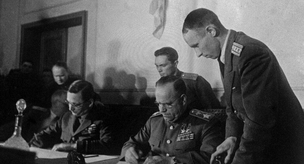 توقيع صك الاستسلام الألماني الذي بموجبه تعلن الهدنة وتنهي الحرب العالمية الثانية في أوروبا، وأحد أهم شروطه حل الحزب النازي، برلين 8 مايو/ آيار 1945