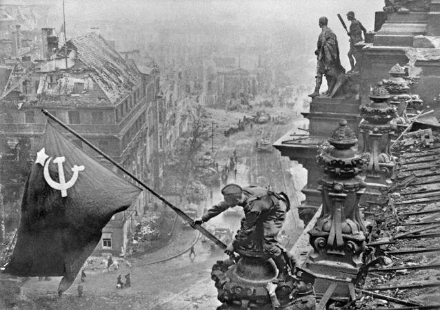 رفع راية النصر - العلم الأحمر - فوق مبنى الرايخستاغ بمدينة برلين، مايو/ آيار 1945