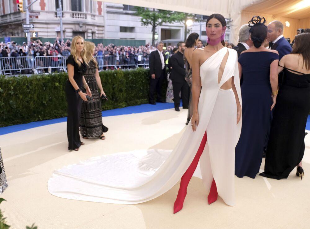 عارضة الأزياء ليلي أولدريدج في حفل ميت غالا -2017 في نيويورك
