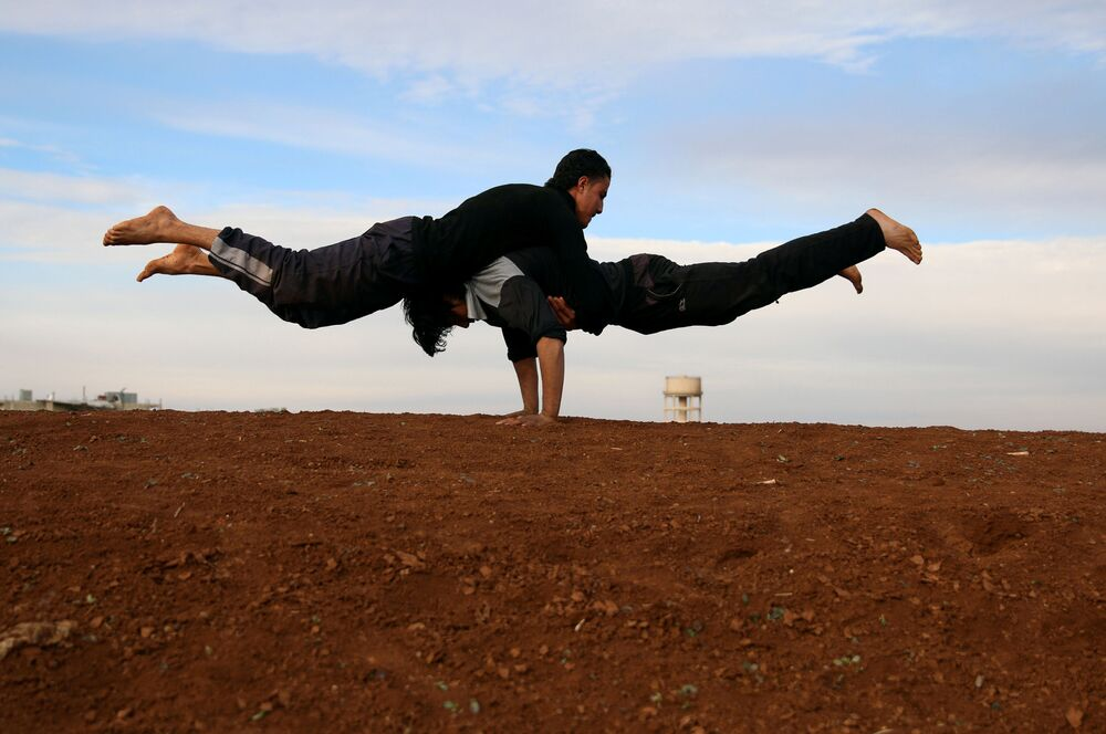 الباركور الحربي السوري - إبراهيم القديري (19 عاماً)، ومهند القديري (18 عاماً) يستعرضان مهارتهما بين ركام المباني في مدينة  إنخل غرب الدرعة، سوريا 4 فبراير/ شباط 2017