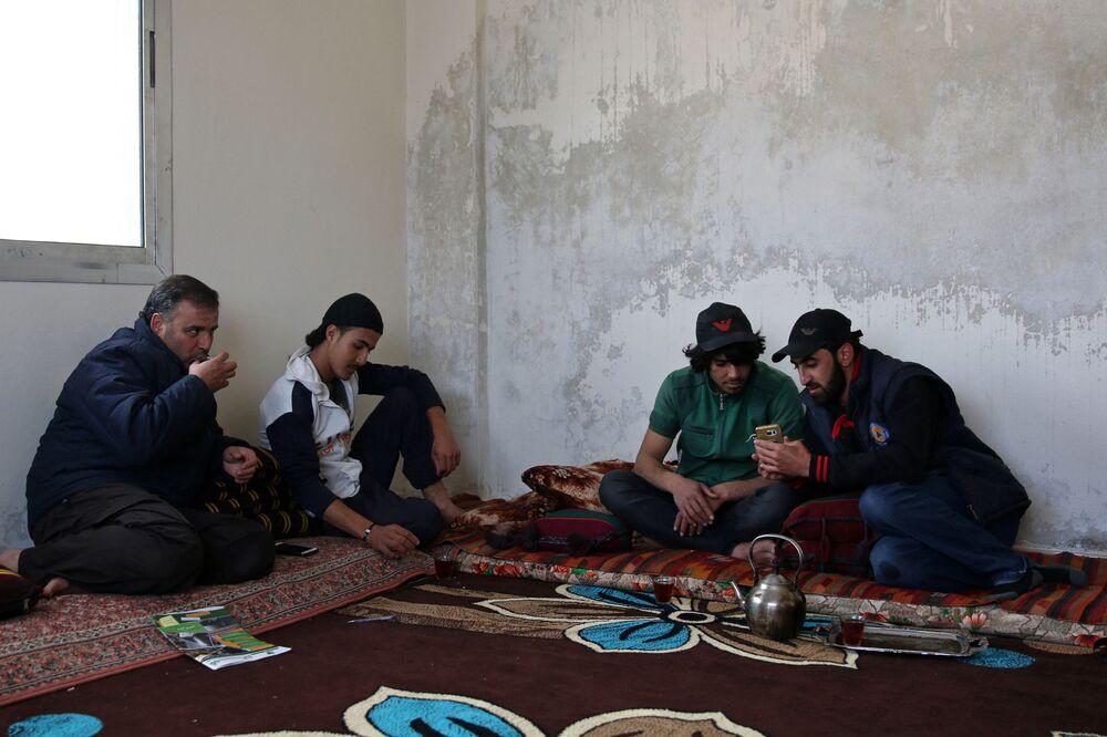 الباركور الحربي السوري - إبراهيم القديري (19 عاماً، ومهند القديري (18 عاماً) مع أصحابهما ومدربهما في مدينة  إنخل غرب الدرعة، سوريا 7 أبريل/ نيسان 2017