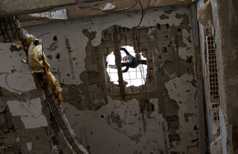 الباركور الحربي السوري - إبراهيم القديري (19 عاماً)، ومهند القديري (18 عاماً) يستعرضان مهارتهما بين ركام المباني في مدينة  إنخل غرب الدرعة، سوريا 7 أبريل/ نيسان 2017