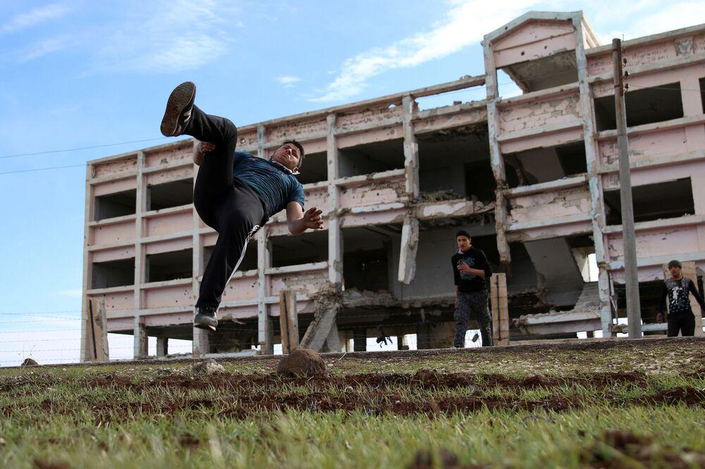 الباركور الحربي السوري - إبراهيم عيد (16 عاماً)  يستعرض مهارته بين ركام المباني في مدينة  إنخل غرب الدرعة، سوريا 4 فبراير/ شباط 2017