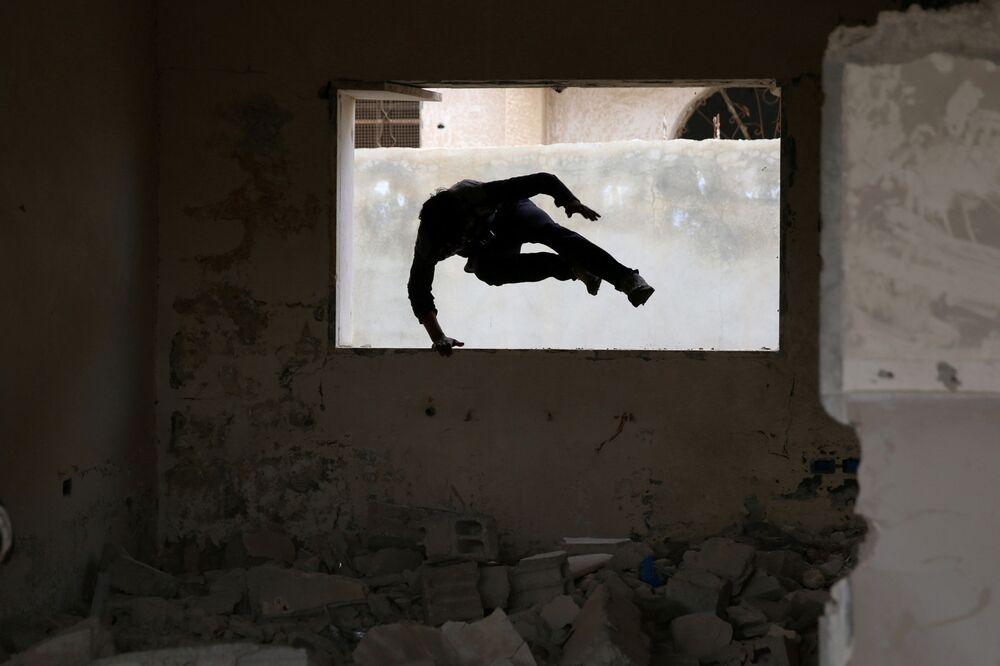 الباركور الحربي السوري - إبراهيم القديري (19 عاماً) ،ومهند القديري (18 عاماً) يستعرضان مهارتهما بين ركام المباني في مدينة  إنخل غرب الدرعة، سوريا 7 أبريل/ نيسان 2017