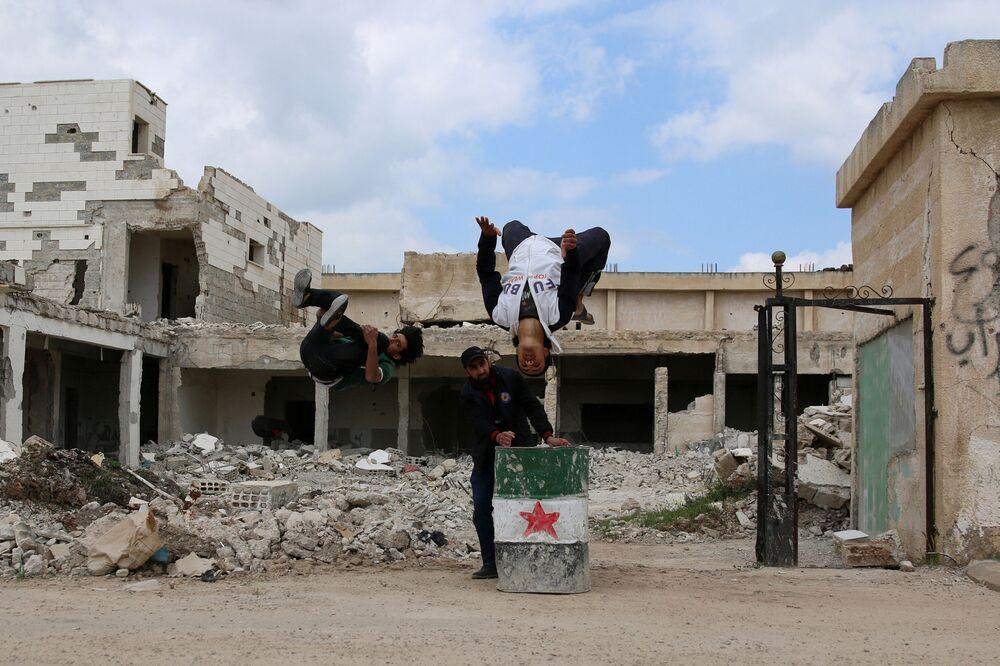 الباركور الحربي السوري - إبراهيم القديري (19 عاماً، ومحمد القديري (18 عاماً) يستعرضان مهارتهما بين ركام المباني في مدينة  إنخل غرب الدرعة، سوريا 7 أبريل/ نيسان 2017