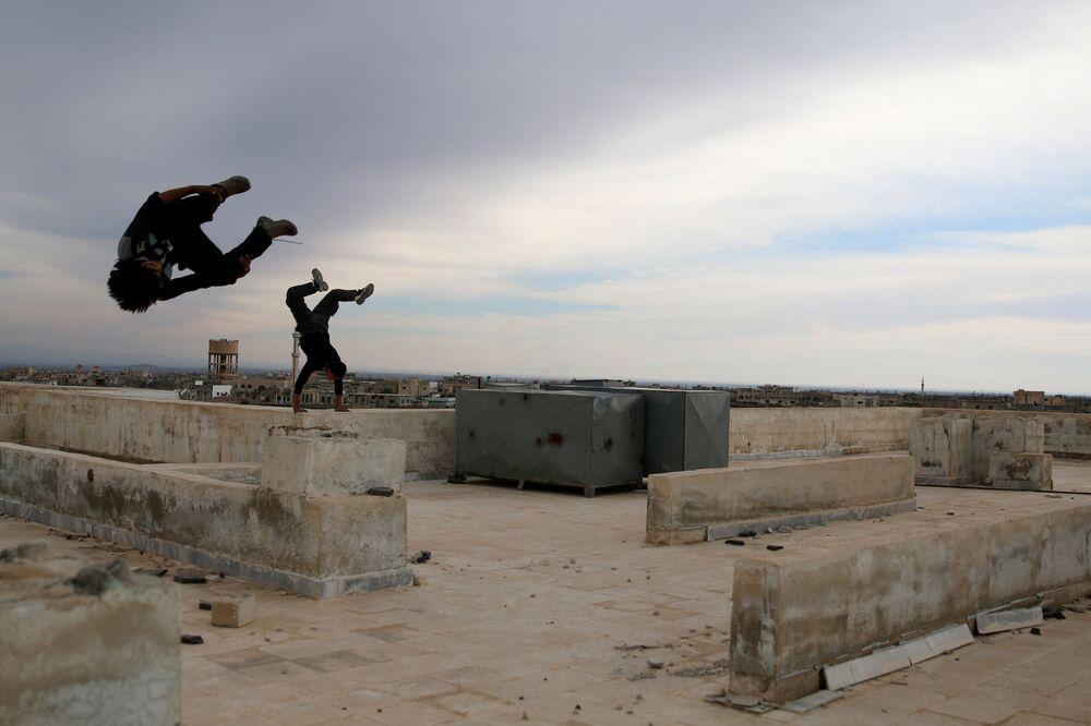 الباركور الحربي السوري - إبراهيم القديري (19 عاماً)، يستعرض مهارته بين ركام المباني في مدينة  إنخل غرب الدرعة، سوريا 4 فبراير/ شباط 2017