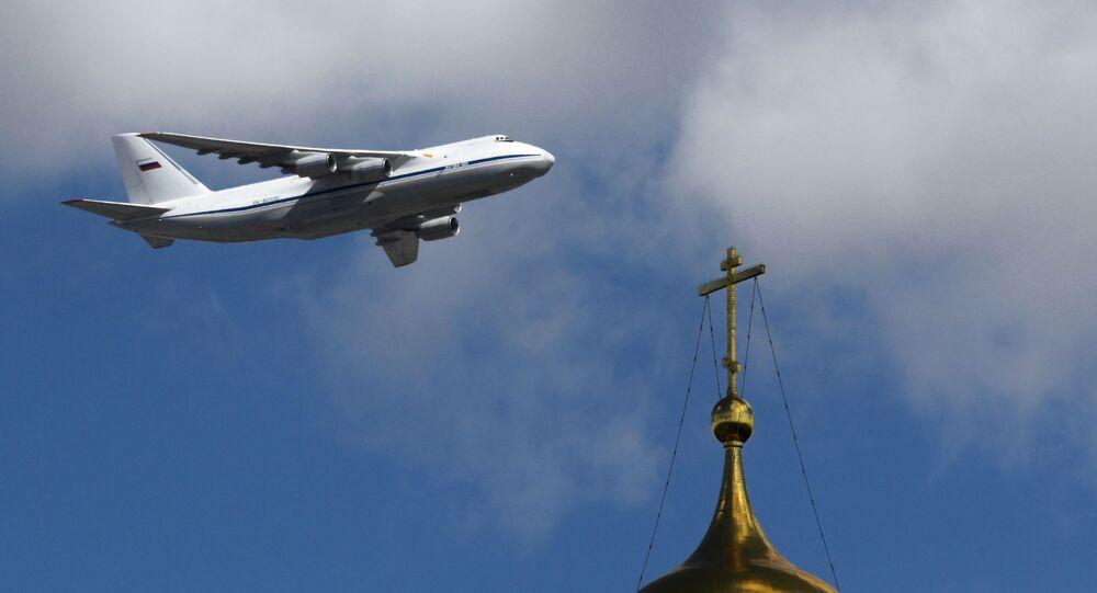 تدريبات العرض الجوي العسكري بمناسبة عيد النصر - طائرة للنقل البعيد من طراز أ إن-124-100 (روسلان) تحلق فوق الساحة الحمراء في موسكو