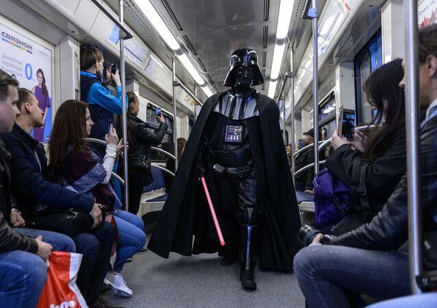 شخص يرتدي زي شخصية دارت ديفير من فيلم حرب النجوم في أحد قطارات مترو أنفاق موسكو