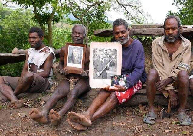 أبناء قرية يونانين يحملون صور الأمير فيليب