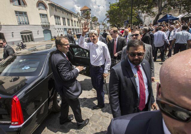 حراس شخصيون بجوار وزير الخارجية الأمريكي السابق جون كيري