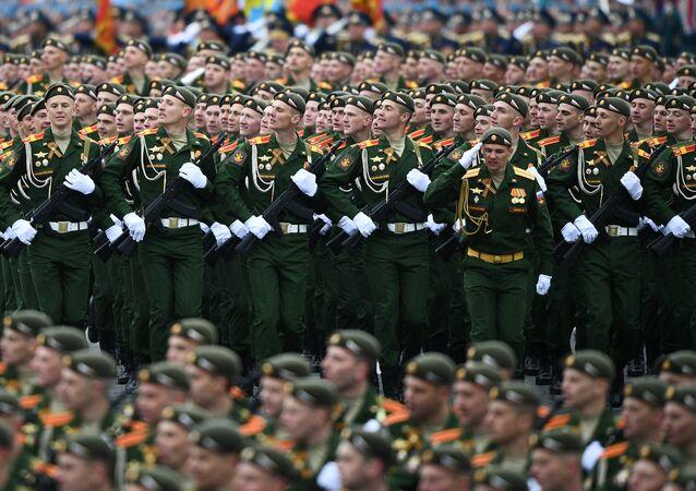 الجنود الروس أثناء العرض العسكري
