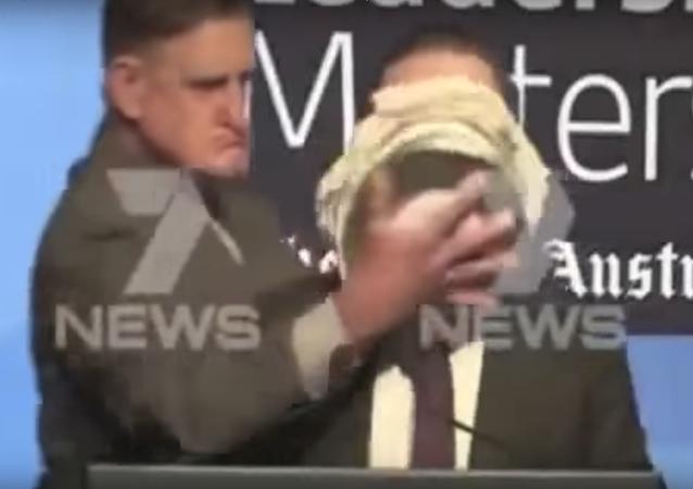 الرئيس التنفيذي لشركة طيران كانتاس الأسترالية آلان جويس يتلقى كعكة على وجهه