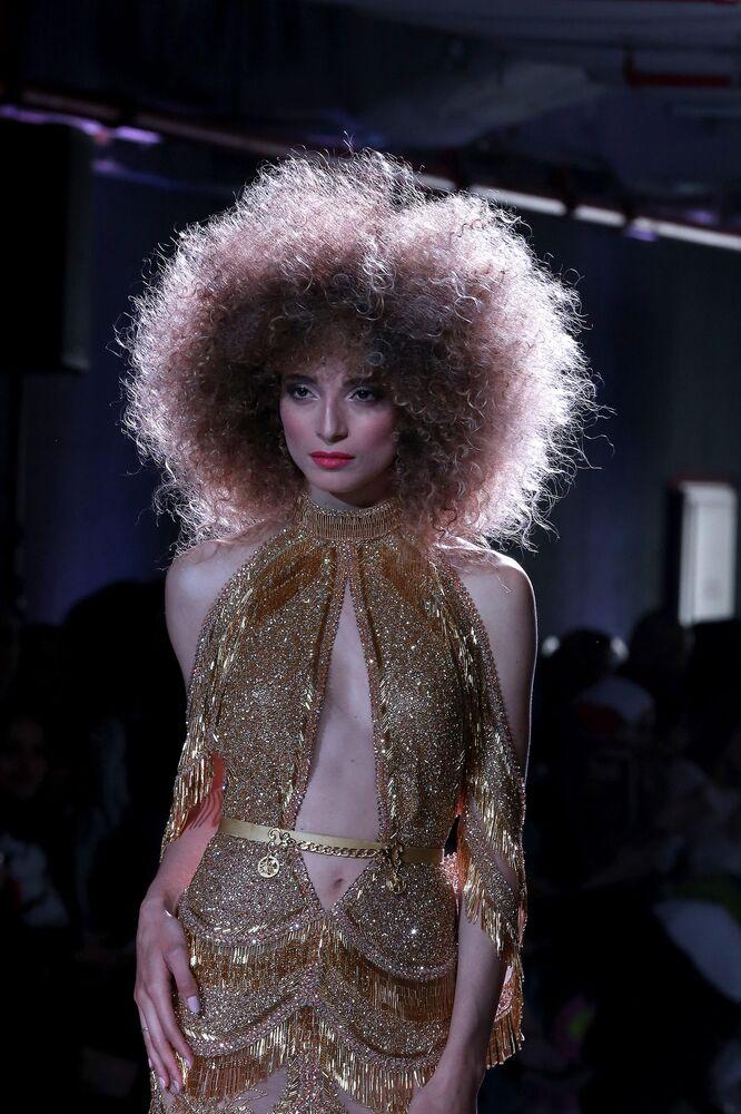عارضة أزياء تقدّم زياً من مجموعة بورجوازي بوتيك (Bourgeoisie boutique) خلال عرض أسبوع الموضة في الكويت، 7 مايو/ آيار 2017