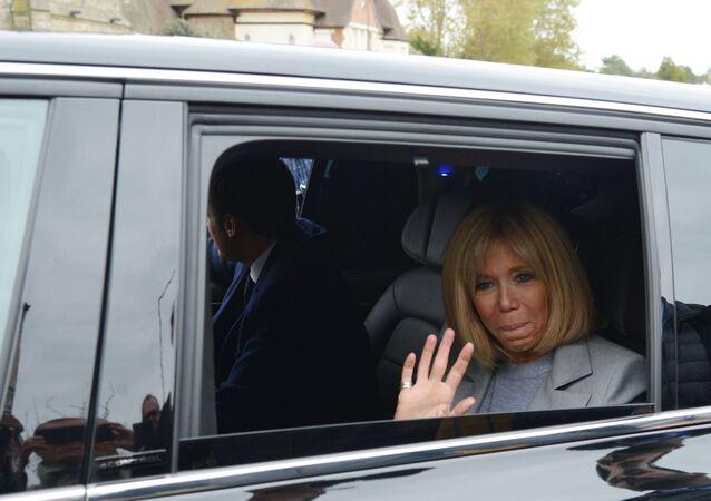 المرشح الفرنسي للانتخابات الرئاسية (حينئذ) إيمانويل ماكرون وزوجته بريدجيت خلال الحملة الانتخابية الأولى