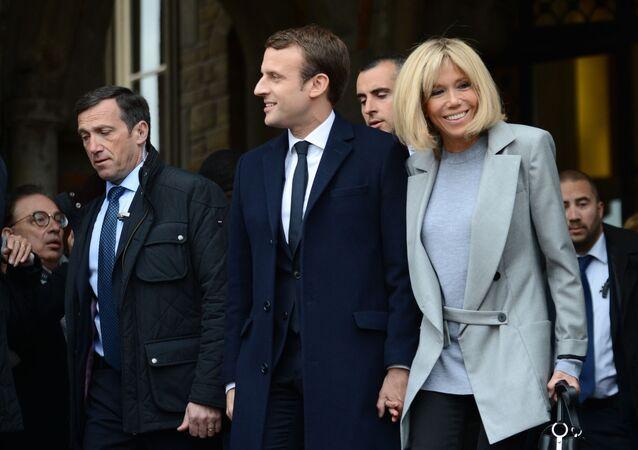 المرشح للانتخابات الرئاسية الفرنسية إيمانويل ماكرون وزوجته بريدجيت خلال الدورة الأولى من الحملة الدعائية للانتخابات الرئاسية