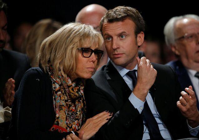 وزير الاقتصاد الفرنسي (حينئذ) إيمانويل ماكرون وزوجته بريدجيت خلال مؤتمر سياسي لحركة إلى الأمام! ، 11 أكتوبر/ تشرين الأول 2016