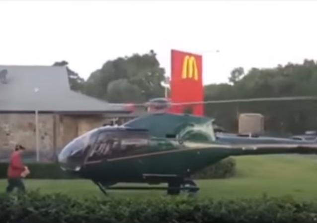 طائرة في مطعم ماكدونالدز