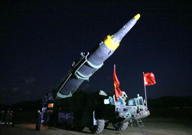 كوريا الشمالية تطلق صاروخ باليستي Hwasong-12