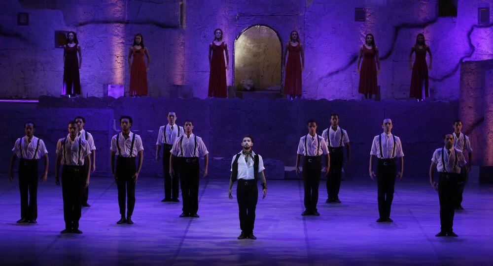 رقص الباليه في مصر - راقص باليه المصري مجمد حامد خلال اداء زوربا اليوناني على خشبة مسرح دار الأوبرا بالقاهرة