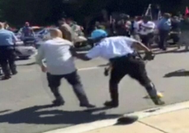 حرس أردوغان يعتدي على متظاهرين أتراك
