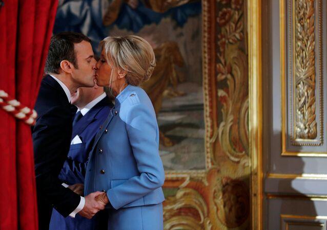 الرئيس الفرنسي إيمانويل ماكرون وزوجته قبيل بدء مراسم التنصيب في باريس، فرنسا 14 مايو/ آيار 2017