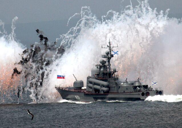 سفينة حربية تابعة لأسطول المحيط الهادئ تطلق مجموعة من صواريخ التمويه احتفالاً بيوم البحرية في فلاديفوستوك