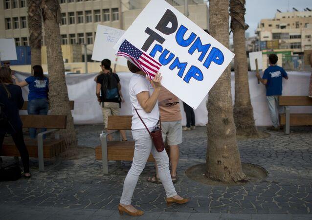 النشطاء الأمريكيون والإسرائيليون يتظاهرون ضد الرئيس دونالد ترامب أما مبنى السفارة الأمريكية في تل أبيب، 22 مايو/ آيار 2017