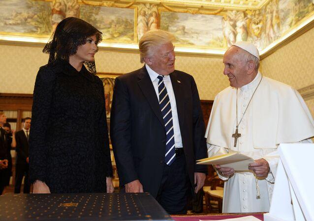 ميلانيا ترامب خلال زيارتها إلى الفاتيكان