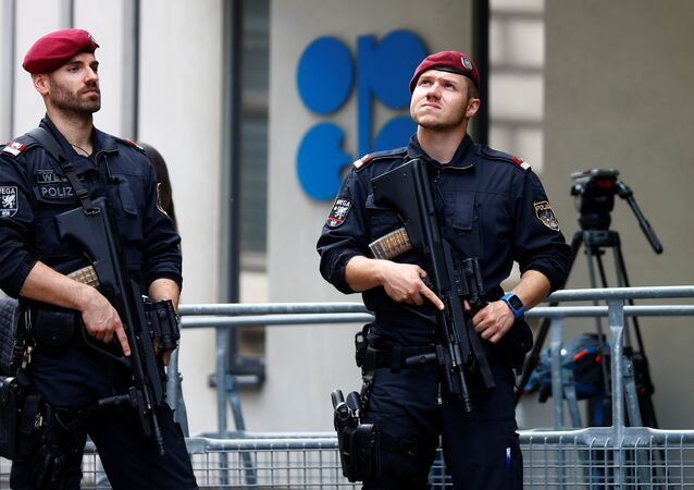 ضباط شرطة يحرسون مقر أوبك في فيينا