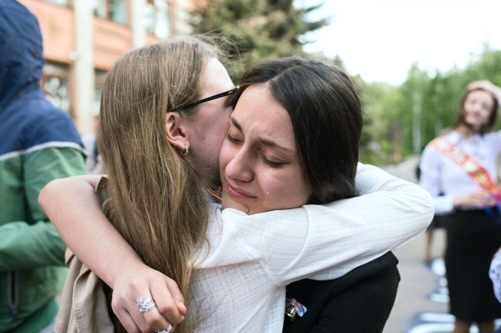 طلاب المدارس الثانوية في روسيا يودعون مدارسهم، أومسك