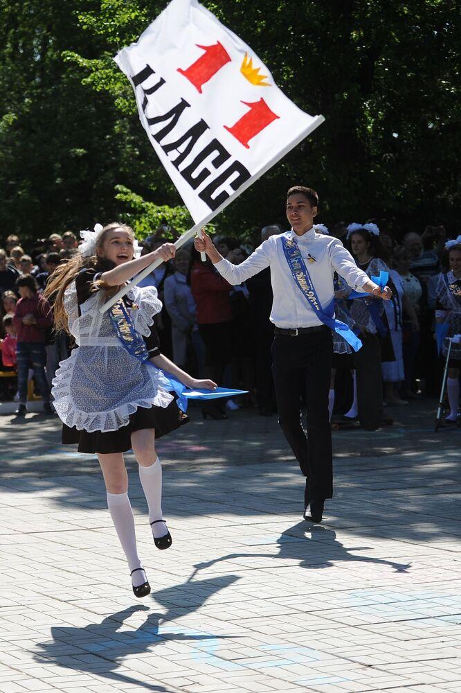 طلاب المدارس الثانوية في روسيا يودعون مدارسهم، تشيليابينسك