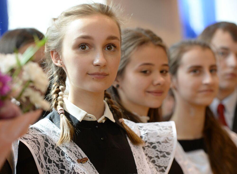 طلاب المدارس الثانوية في روسيا يودعون مدارسهم، يكاتيرينبورغ