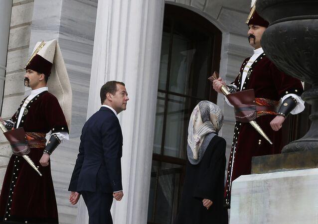 رئيس الوزراء الروسي دميتري ميدفيديف يصل إلى قمة منظمة التعاون الاقتصادي للبحر الأسود في اسطنبول، تركيا