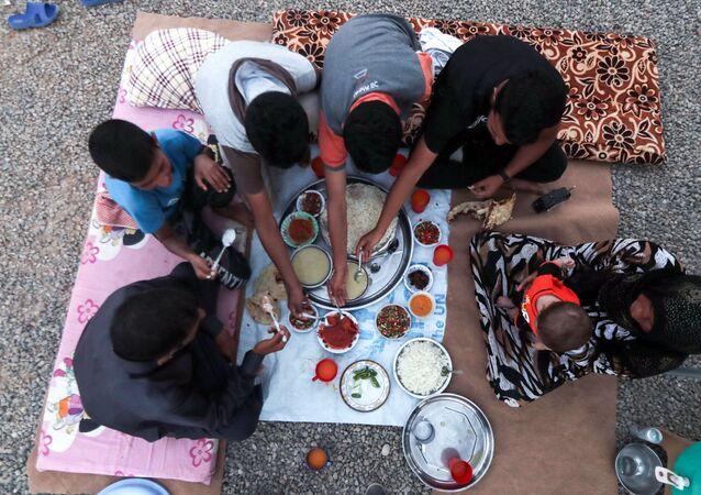 لاجئون خلال الإفطار في مخيم للاجئين، العراق 27 مايو/ آيار 2017
