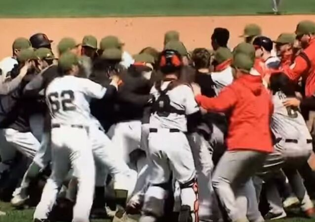 مباراة بيسبول تتحول لساحة حرب