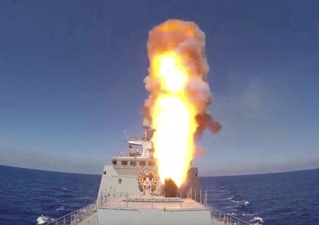الفرقاطة الروسية أميرال إسين تضرب بصواريخ كاليبر بالقرب من تدمر، سوريا