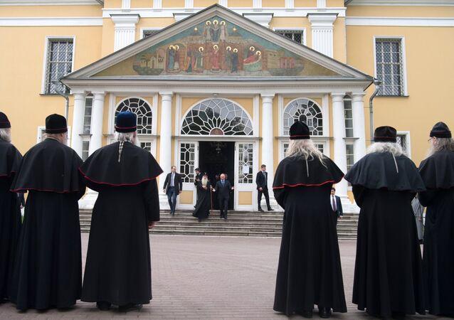 الرئيس بوتين يزور مقر طائفة الستاروفير