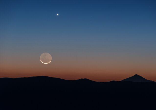 صورة للقمر وكوكب الزهرة، تم رصدهما في تشيلي