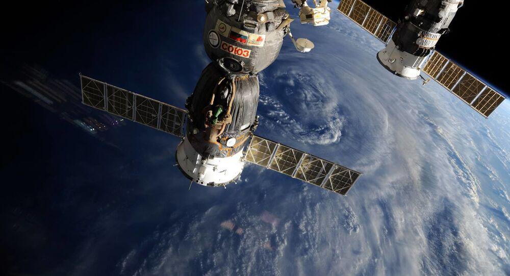 المركبتان الفضائيتان الروسيتان سويوز و بروغريس على خلفية كوكب الأرض