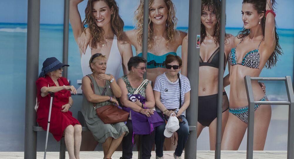 نساء في محطة الحافلات العامة بمدريد، إسبانيا 27 مايو/ أيار 2017