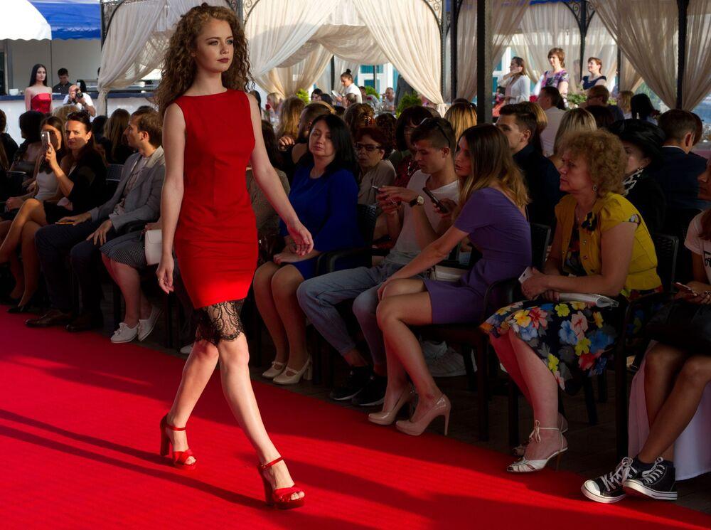 أسبوع الموضة في شبه جزيرة القرم - عارضات أزياء خلال العرض في سيفاستوبل
