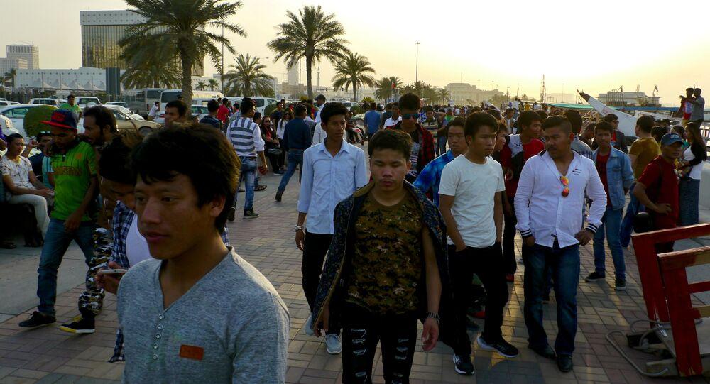 عمال من جنسيات مختلفة في قطر