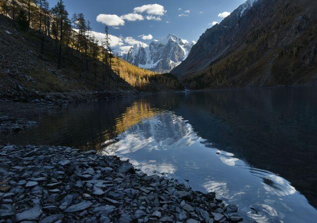 بحيرة شافلينسكوي السفلى في منطقة كوش-أغاشتيسكي في جمهورية ألتاي